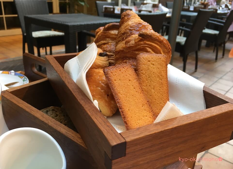 神戸北野ホテル世界一の朝食のパンとフィナンシェ